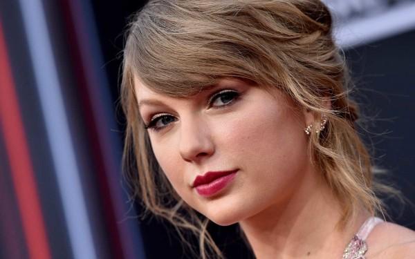 Fanúšik (pilot) posadnutý Taylor Swift zomrel